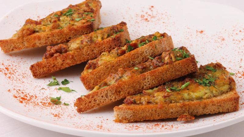 Закусочные гренки чесночные: рецепты из черного и белого хлеба