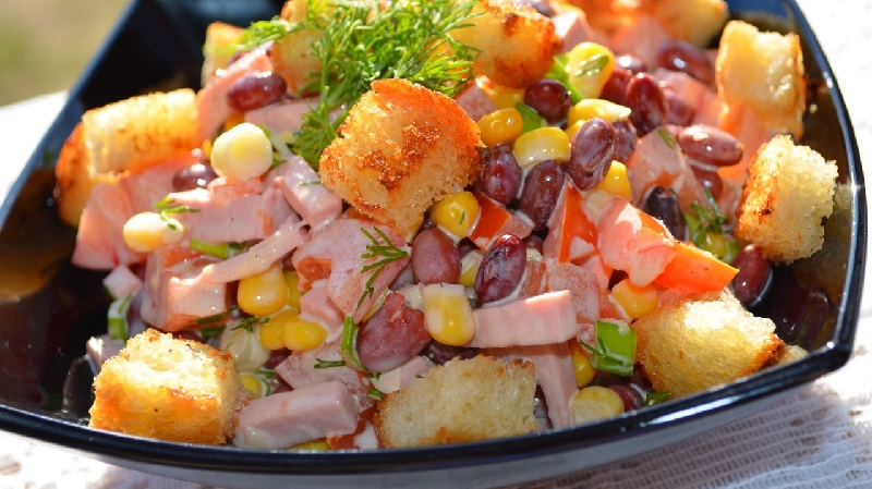 Выбирайте самый вкусный салат с сухариками: лучшие рецепты в вашу копилку