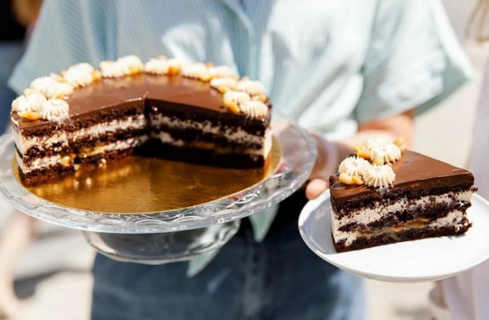 Изумительный торт Сникерс: лучшие рецепты шоколадно-орехового лакомства с выпечкой и без